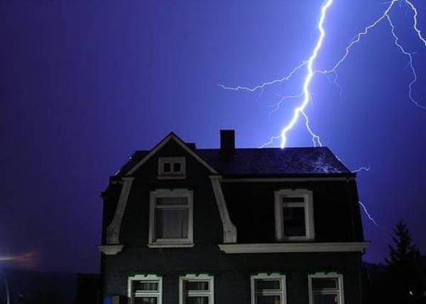 Владельцу сгоревшего от удара молнии дома выплатили 1,5 млн руб страховки